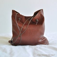 Make your own tote in beautiful minimalist style with this simple leather bag tutorial!