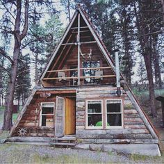 A-frame house featuring a balcony A Frame Cabin, A Frame House, Ideas Cabaña, Cabin In The Woods, Best Tiny House, Cabins And Cottages, Log Cabins, Tiny House Design, Cabin Homes