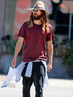 Jared Leto went incognito under an oversized floppy hat, a super scruffy beard and aviators with silver flash lenses! But he can't get past us!