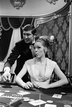 George Lazenby as James Bond 007 and Diana Rigg in the film On Her Majesty's Secret Service James Bond Women, James Bond Style, James Bond Books, James Bond Movies, Aston Martin, James Bond Casino Royale, Dame Diana Rigg, James Bond Party, George Lazenby