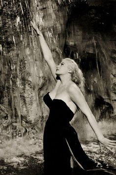 "Pierluigi Praturlon fotografou Anita Ekberg (1931-2015) durante as filmagens de ""La Dolce Vita"" (1960). Veja também: http://semioticas1.blogspot.com.br/2011/11/cahiers-du-cinema.html"