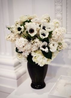 We continue telling you about black and white weddings, and now it's time for black and white centerpieces – elegance and beauty! There are hundreds of variants for any style and taste – from big feather centerpieces to simple black and white candles.