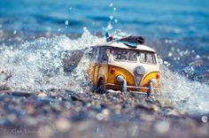 Una Vespa sulla spiaggia, un maggiolino ricoperto di neve, un pulmino Volkswagen che 'cavalca' le onde. Quelle che a prima vista sembrerebbero foto di auto d'epoca in tour avventurosi in realtà sono dei giocattoli, riproduzioni in miniatura di modelli vintage. L'autore del progetto  Traveling