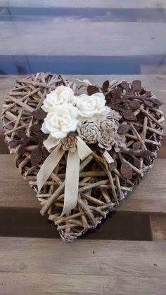 Su richiesta ho realizzato questo cuore in vimini, con fiori in feltro, roselline. e boccioli realizzati con del nastro grezzo ...da appende...