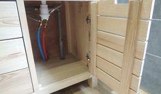 Voila je vous présente mon dernier meuble réalisé en même temps que la rénovation de la salle de bains. Il et en frêne, sauf les tiroirs et panneaux de fond Assemblage classique tenons mortaise pour l'ossature,...