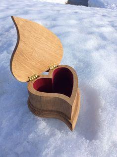 Caja-joyero de roble con cuerpo de una pieza. Interior forrado en terciopelo rojo.