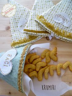 I Krumiri o crumiri sono i bisoctti tipici di Casale Monferrato in Piemonte nati nel 1878 in omaggio a re Vittorio Emanuele II. Ecco ricetta e curiosità.