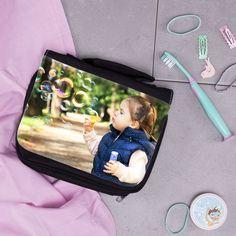 Unsere Kulturbeutel könnt ihr jetzt mit eurem Lieblingsbild personalisieren lassen.  #geschenkidee #geschenkefürkinder #reisen #mitkindernaufreisen #fotogeschenke Lunch Box, Wash Bags, Childrens Gifts, Travel, Bento Box