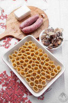 Paccheri ripieni con salsiccia stracchino e funghi al forno Pasta Recipes, Cooking Recipes, Pasta Casserole, Xmas Food, Gnocchi, What To Cook, Food Hacks, Italian Recipes, Nutella