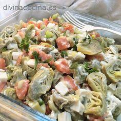 Si quieres hacer la ensalada de alcachofas con verduras naturales tendrás que elegir alcachofas medianitas o pequeñas, limpiarlas muy bien de las hojas externas y dejar sólo los corazones, cortarlos por la mitad, frotarlos con limón y cocer al vapor o en agua con sal. Una vez que estén bien escurridas, sigue la receta.