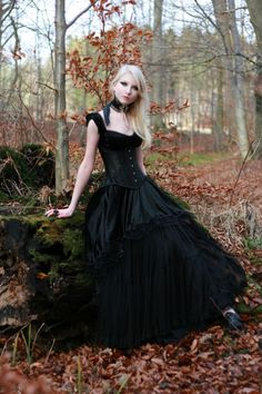 Black gothic gown suitable for any occasion. Gothic wedding anyone? Halloween Wedding Dresses, Black Wedding Dresses, Wedding Gowns, Halloween Weddings, Blond Goth, Gothic Girls, Goth Victorien, Maria Amanda, Gothic Mode