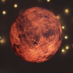 Papier-Mâché Moon Lamp for DIY wall decor Diy Home Crafts, Cute Crafts, Creative Crafts, Creative Ideas, Ideias Diy, Diy Art, Diy Wall Art, Diy Room Decor, Paper Crafts