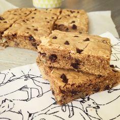 La recette américaine du blondies - brown sugar blondies - aux noix de pecan et aux pepites de chocolat. Sans chocolat blanc.