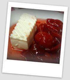 Cascos de guayaba con queso crema y galletas saladas.