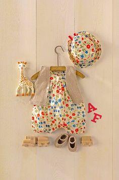 Un ensemble barboteuse, chapeau et chaussons en maille de lin et bambou et liberty pour bébé