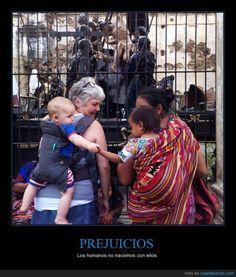 NO al racismo - Los humanos no nacemos con ellos   Gracias a http://www.cuantarazon.com/   Si quieres leer la noticia completa visita: http://www.estoy-aburrido.com/no-al-racismo-los-humanos-no-nacemos-con-ellos/
