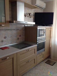 Кухонный гарнитур, современная удобная кухня, вытяжка над плитой