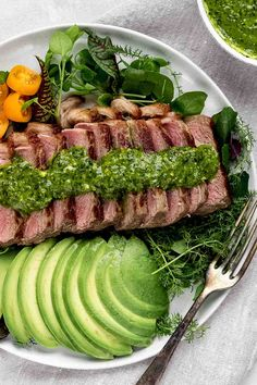 Perfect for a quick, tasty and delicious dinner: medium-fried steak salad with chimichurri and avocado. Summer can finally come! Chimichurri, Beef Steak, Fried Steak, Steak Salat, Easy Healthy Recipes, Easy Meals, Grilling The Perfect Steak, Avocado, Organic Beef