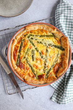 Hartige taart met asperges en zalm - Lekker en Simpel Oven Recipes, Healthy Recipes, Healthy Food, Lunches, Main Dishes, Brunch, Food And Drink, Dinner, Breakfast