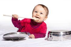 Alter: Ab dem 4. Monat  Du förderst: Hand-Augen-Koordination Hörsinn Rhythmusgefühl Ursache-Wirkung-Verständnis  Du brauchst: Dosen, Schachteln und Töpfe Löffel  Und so geht's: Breite die Alltagstrommeln vor deinem Baby aus und zeige ihm,...