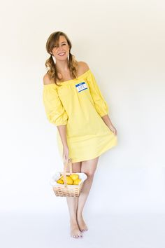 Easy Halloween costumes for women don't have to take a ton of effort! This year, wow everyone when you use one of these DIY Halloween costume ideas, from Mary Poppins to a La Croix can and more. Quick N Easy Halloween Costumes, Last Minute Halloween Kostüm, Couples Halloween, Easy Diy Costumes, Fete Halloween, Last Minute Halloween Costumes, Funny Costumes, Costume Halloween, Costume Ideas