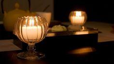 Okayama Kurashiki|岡山(おかやま) 倉敷(くらしき)|ペガサス・キャンドル|「ほとり灯」セットは、ちょっとあかりを足したいときに最適の名脇役。 小さくかわいいグラス「ほとり灯用グラス」と、 透明カップ入りのキャンドル「カラームード」をセットにしました。  「ほとり灯用グラス」は、小さく軽くて使いやすいキャンドルグラスです。 縦のラインやステムがおしゃれで、小さいながらもテーブルを豊かに彩ります。 まるい形がやわらかな雰囲気をつくってくれます。   【セット内容】  ・ほとり灯用グラス ×2 個  素材:ガラス  大きさ:直径=6cm 高さ=6.8cm  ・カラームード6個入(ホワイト) ×1 箱  大きさ(1 個):高さ=2.5cm 直径=4cm  燃焼時間:約4 時間  アロマ:無香料