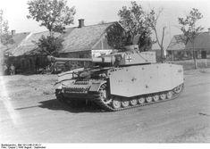 Sowjetunion-Süd.- Panzer IV (mit KWK L 48) mit Panzerschürzen fährt durch eine Ortschaft; PK 695