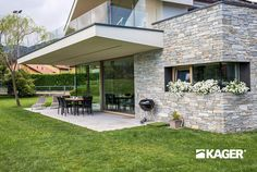 Fotogallery casa in legno Novara - Kager Italia House Layout Plans, House Layouts, Small House Design, Modern House Design, Home Building Design, Building A House, Flat Roof House, Small House Floor Plans, Hillside House