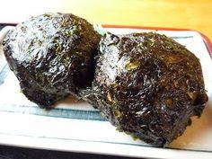岩のりおにぎり、通称「ばくだんおにぎり」は隠岐の郷土食です。通常のおにぎりと違い醤油に浸した岩のりを米が見えなくなるぐらいぎっしりと巻きます。具は有っても良いですが、むしろ具無しが好まれる傾向があります。海苔と醤油と米のシンプルなコラボがとても奥深い味わいを醸し出す一品です。