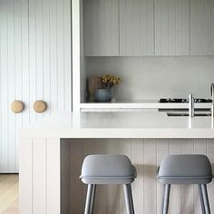 A modern farm-style kitchen combines contemporary lines with cosy elements. Get tips on how to create this look for your new kitchen renovation. Kitchen Living, New Kitchen, Kitchen Decor, Cheap Kitchen, Kitchen Tools, Interior Desing, Interior Design Kitchen, Minimalist Kitchen, Cuisines Design