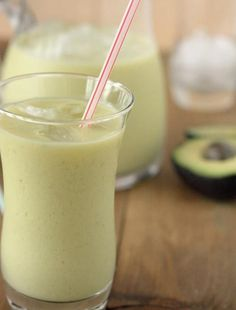 ¿Qué tal un vigorizante batido para empezar la semana? Prueba el Agua de coco con aguacate y lima. #ZICOEsp #Receta