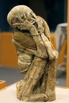"""Çığlık tablosunun mumya versiyonu Güney Amerika'da Amazon bölgesinde mezar ve tapınak olarak kullanılan gizli bir yeraltı mağarasında bulunan 600 yıl öncesine ait bir düzine mumya, bilim dünyasında büyük heyecan yarattı.  Bir kadın mumyasının Norveçli ressam Edvard Munch'un ünlü """"Çığlık"""" tablosunu çağrıştıran biçimde, korku ve dehşetten ellerini yüzüne kapatmış olarak bulunması, büyük ilgi çekti."""