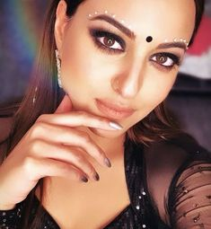 Looking for a bold, new makeup look for date night? Look no further, Sonakshi Sinha's eyes are here to mesmerize! Indian Film Actress, Indian Actresses, Actors & Actresses, Iron Man 3 Poster, Header Pictures, Hd Wallpapers For Mobile, Twitter Image, Sonakshi Sinha, Cover Pics