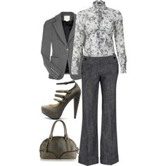 O look acromático ficou interessante com a blusa floral em cinza.