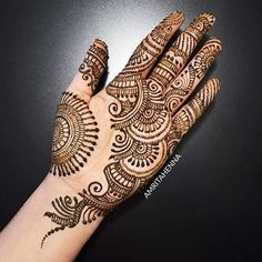 Simple Mehendi designs to kick start the ceremonial fun. If complex & elaborate henna patterns are a bit too much for you, then check out these simple Mehendi designs. Easy Mehndi Designs, Henna Hand Designs, Dulhan Mehndi Designs, Latest Mehndi Designs, Bridal Mehndi Designs, Mehendi, Arabian Mehndi Design, Mehndi Designs Finger, Palm Mehndi Design