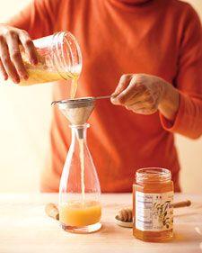 Vírusok ellen 1/2 csésze apróra vágott ginzeng gyökér, friss vagy szárítva 1/4 csésze reszelt gyömbér gyökér 1/4 csésze reszelt torma gyökere 1/8 csésze apróra vágott fokhagyma cayenne-i bors Almaecet méz