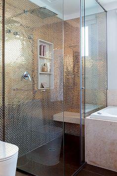 Ousadia foi a palavra que guiou a arquiteta Andrea Murao neste apartamento com papéis de parede estampados, muitos toques de cor-de-rosa e poltronas com desenhos de caveira. Para completar o clima de casa de pop star, o banheiro recebeu revestimento com pastilhas douradas