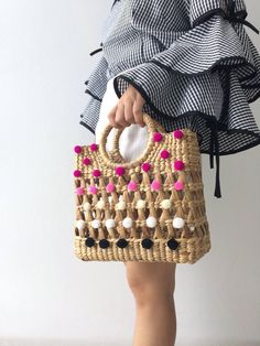 Beach Straw Bag So Cute for everyday **we have time days to made the bag Detail : 1 top zipper closure 1 interior zipper pocket MEASUREMENT : Thickness 4 Diy Bags Purses, Purses And Handbags, Fashion Bags, Fashion Accessories, Macrame Bag, Straw Tote, Boho Bags, Summer Bags, Handmade Bags