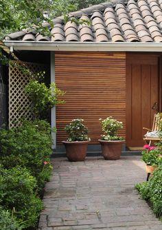 El estilo rústico es la evocación a los entornos campestres. Los elementos y plantas rústicas, los materiales nobles como la madera, la arcilla o la piedra marcan fuertemente este estilo. #MiJardinPerfecto  #Terraza  #Deco #Primavera #Accesorios #Hogar #easychile #easytienda #easy #Concurso #Jardín Easy, Backyard, Outdoor Decor, Design, Home Decor, Gardens, Rustic Style, Landscaping, Gardening