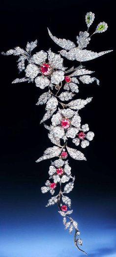 Es un broche muy hermoso por su diseño floral. Muchos detalles. Y pese a que no me gustan las aves en cualquiera de sus formas...no dejaría de usarlo.. Slvh ❤
