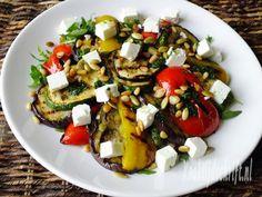 Deze salade met gegrilde groenten, feta en basilicum is een heerlijke maaltijdsalade op zichzelf maar is ook erg lekker bij bijvoorbeeld de BBQ .