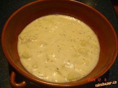 Cibuli nakrájíme, zpěníme na oleji (cca 4 lžíce) přidáme hladkou mouku (taky asi 4 lžíce) a připraví... Cheeseburger Chowder, Soup, Ethnic Recipes, Soups