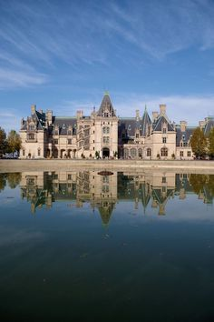 Biltmore House in Asheville, North Carolina. One of America's favorite castles. See our insider's guide to Biltmore Estate & Winery Vacation Places, Vacation Spots, Places To Travel, Vacations, Asheville North Carolina, South Carolina, Asheville Nc, Beautiful Buildings, Beautiful Places