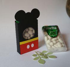 Caixinha para balinha - Mickey Deixe sua festa personalizada com as caixinhas para balinha - Mickey. São feitas em papel de gramatura 180, com a técnica de scrapbook artesanal. O preço é referente a caixinha de papel, sem as balinhas. Se deseja, as balinhas, consulte-nos. Poderá ser personaliz...
