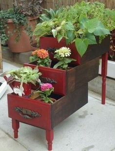 18 Amazing Tiered Planters To Make Your Yard So Beautiful Old drawers vintage tiered planter Outdoor Projects, Garden Projects, Diy Projects, Old Drawers, Desk With Drawers, Dresser Drawers, Dressers, Vintage Drawers, Garden Planters