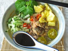 Yesterday i shared with you salted fish , and I am going to share you a bowl of spicy, sour, fruity and fragrant Penang assam laks. Indian Food Recipes, Asian Recipes, Ethnic Recipes, Savoury Recipes, Cantonese Food, Malay Food, Nasi Lemak, Asian Soup, Laksa