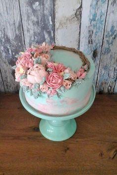 Os flower cakes estão fazendo sucesso já tem um tempinho, mas as redes sociais não cansam deles. Se você tem se perguntado como eles são feitos ou montados