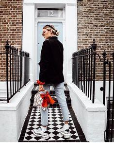 Haarband, Handtasche mit Snake Print, coole Sneaker und Sonnebrille: piarafaela weiß, wie man lässige Looks für den Frühling stylt! #outfit #fashion #jeans #trends #blazer #COUCHstyle
