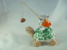 Objet décoratif tortue verte conduite par une petite souris en robe orange : Accessoires de maison par crisland
