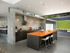 dunkles Holz Kücheninsel orange Theke Arbeitsplatte Marmor Fronten